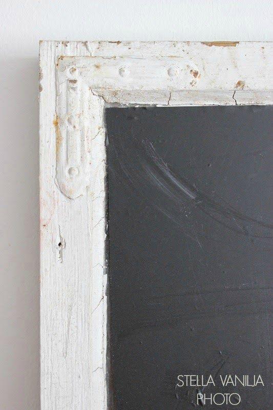 Liitutaulu vanhasta ikkunasta