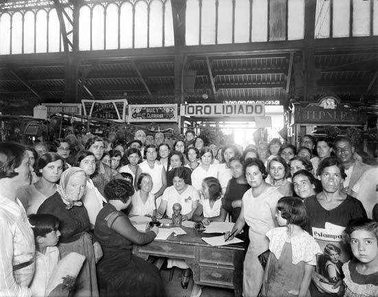 Recollida de signatures per l'Estatut a l'interior d'un mercat. Barcelona, 1931.