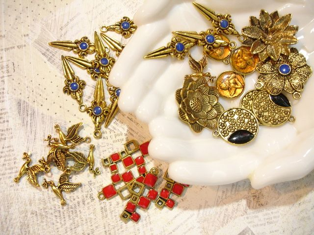 Lot of 32 mixed goldtone charms. $3 start bid at Tophatter.com.