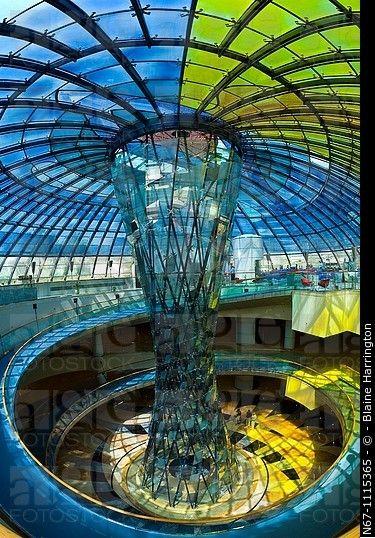 El Rose Cafe, en la cima de un atrio con una escultura de cristal en el centro y coronado por una cúpula de cristal manchado, Wafi City Mall un centro comercial temático egptian, ...