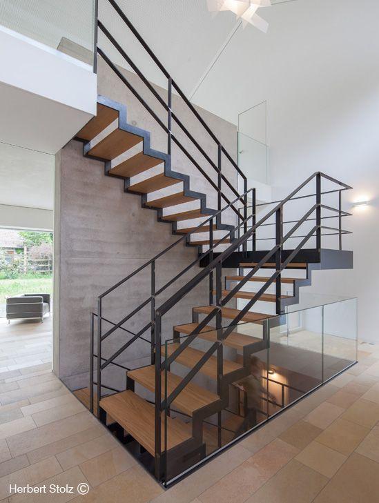 treppe im traumhaus br zentrale wangentreppe zigzag von spitzbart treppen in stahl pur und. Black Bedroom Furniture Sets. Home Design Ideas