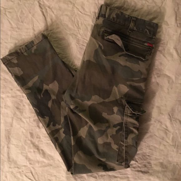 """Men's Bullhead Camo Skinny Jeans 30x30 Pair these cuffed with your white Converse low tops for that go-to casual streetwear look. Hardly worn meaning they're hardly washed, preserving the fabric colors with no fade. Great condition with no stains or tears. Cargo side pockets on both legs right above the knee, button pockets with a zipper fly. A """"lived-in"""", comfortable slim fit throughout. Bullhead Jeans Skinny"""