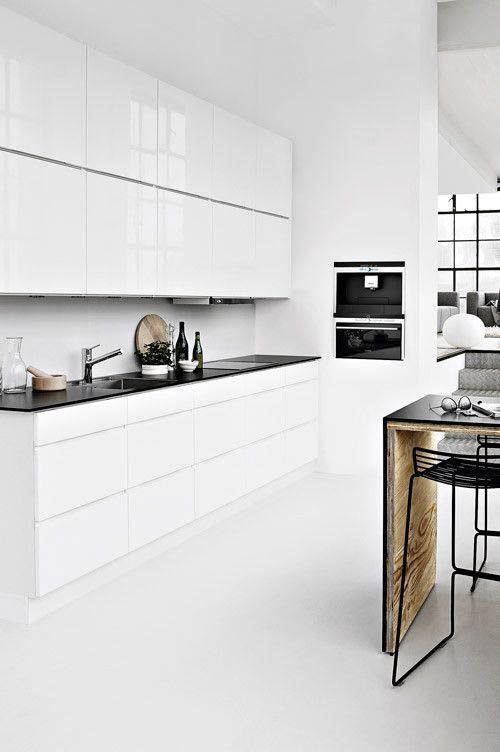 Белая кухня в стиле модерн с элементами черного цвета фото ...