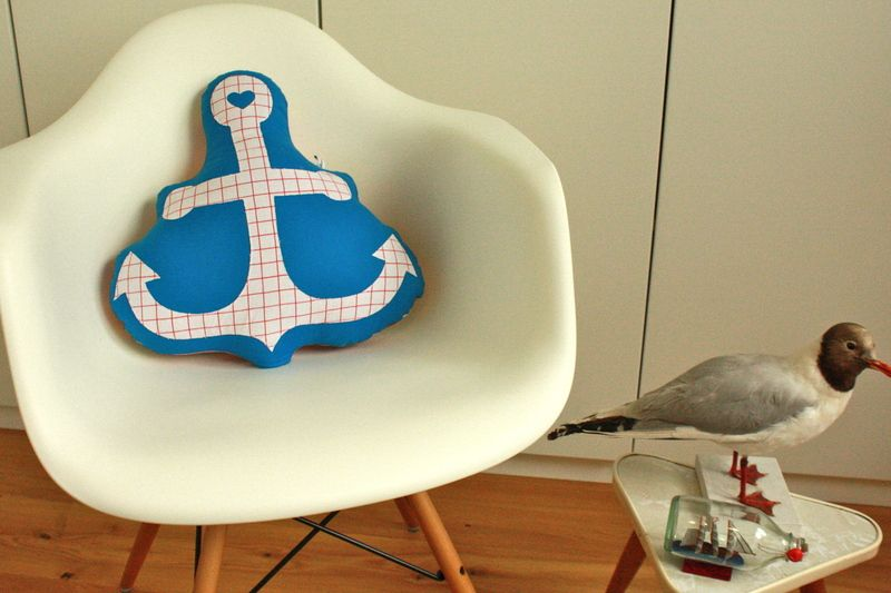 Mit diesem Kissen können nicht nur Hanseaten überall vor Anker gehen, wo sie sich zuhause fühlen. Sieht auf jedem Sessel oder Sofa gut aus.  Bei 30...