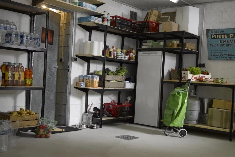 Un Garage Rempli De Rangements Et Etageres Leroy Merlin En 2020 Rangement Utilitaire Garage Amenagement Garage