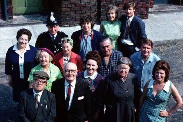An older Coronation Street.  Can you name them all? pic.twitter.com/OjtNpGAm23