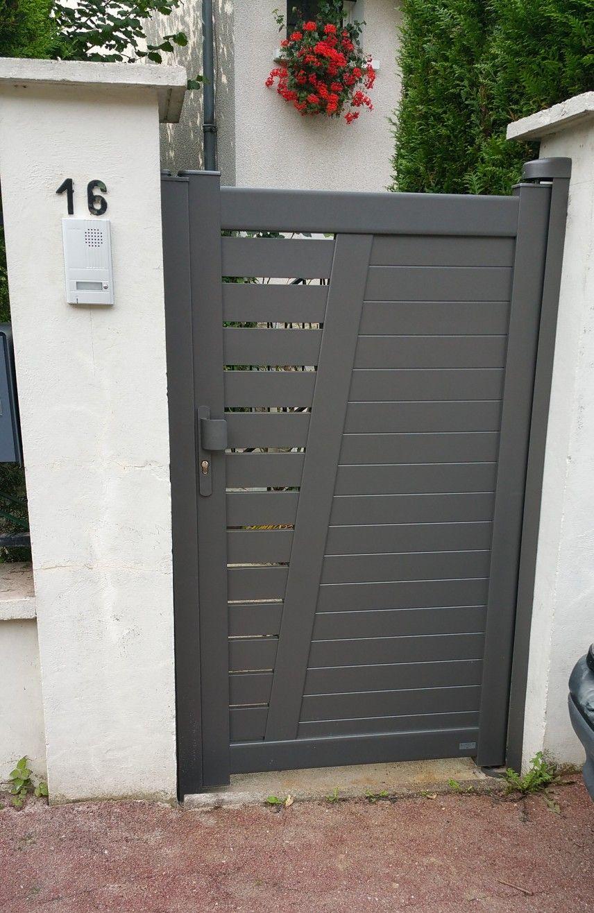 Escalier Val D Oise portillon en alu, couleur gris brun ral 2900. portillon avec