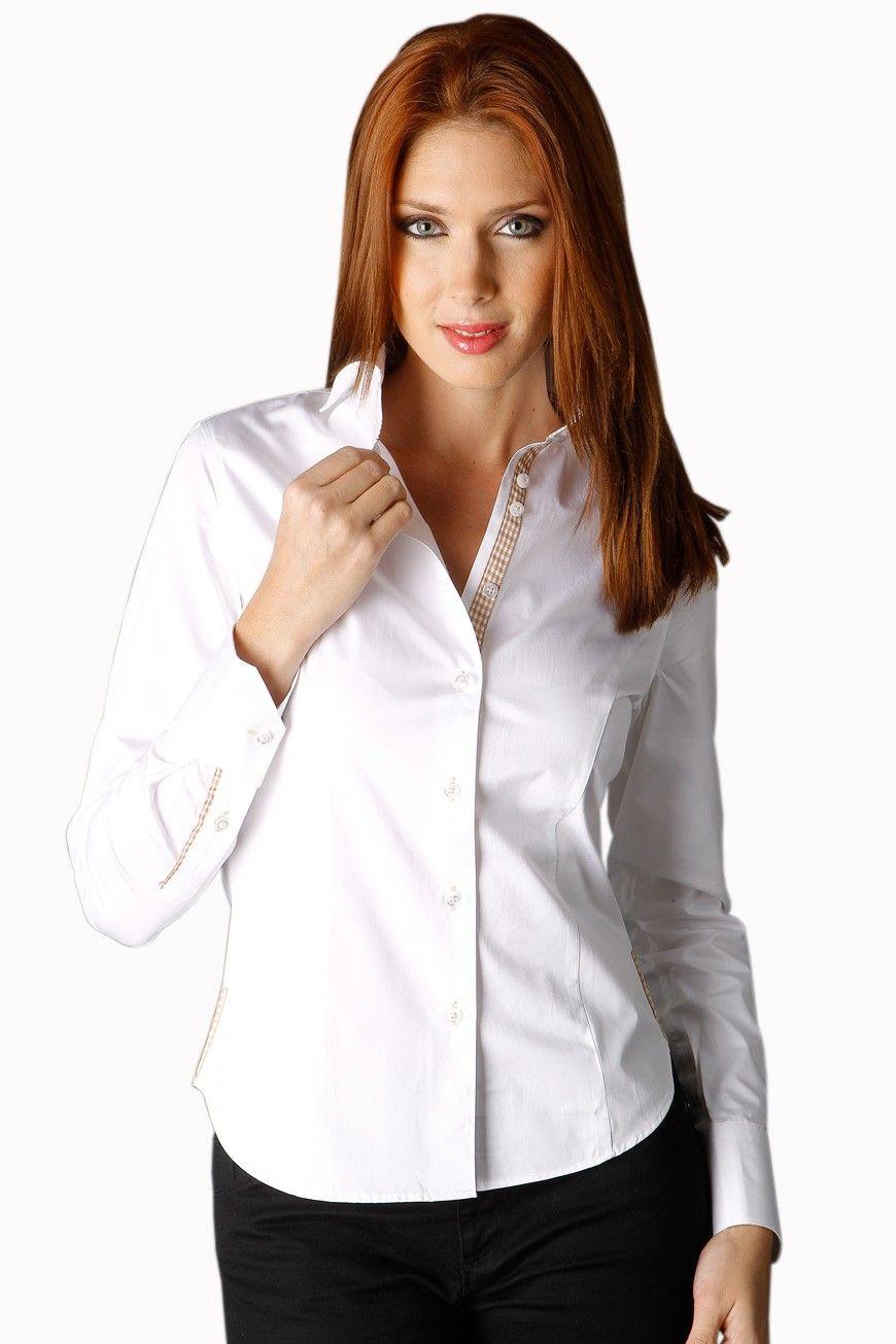 aaa16c14a79f La chemise femme blanche est élégante et se distingue par son biais à  petits carreaux marrons contrastant sur la patte de boutonnage aux boutons  blancs et à ...