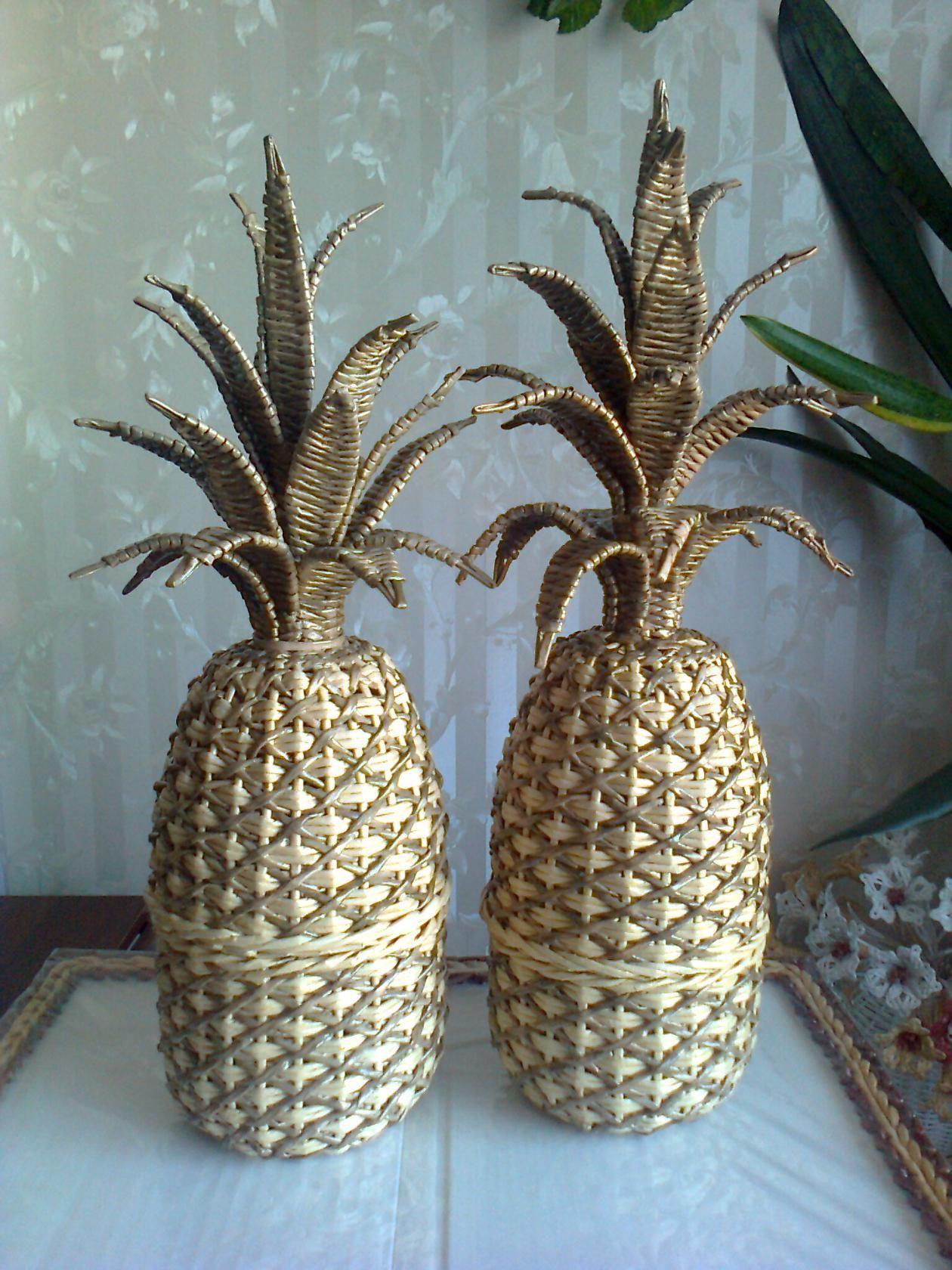 Piña tejida con papel de periódico reciclado   -   Woven recycled newsprint pineapple