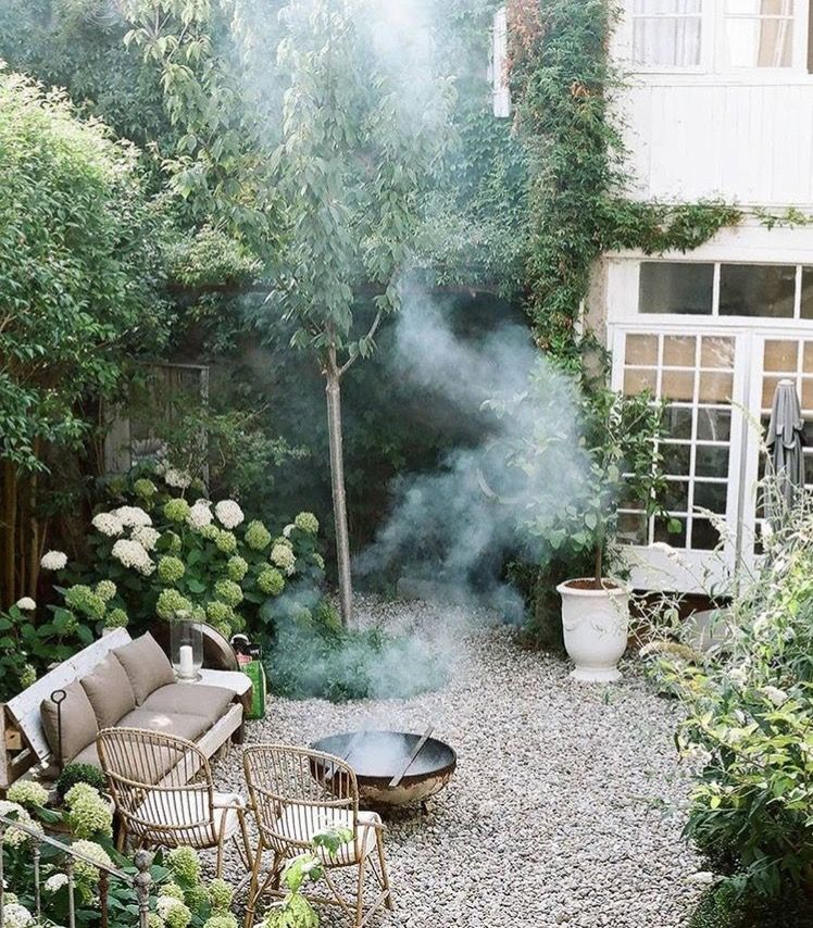 pequeos patios pequeos jardines patio trasero macetas verde jardn de piedras jardn frondoso patio de grava gravilla