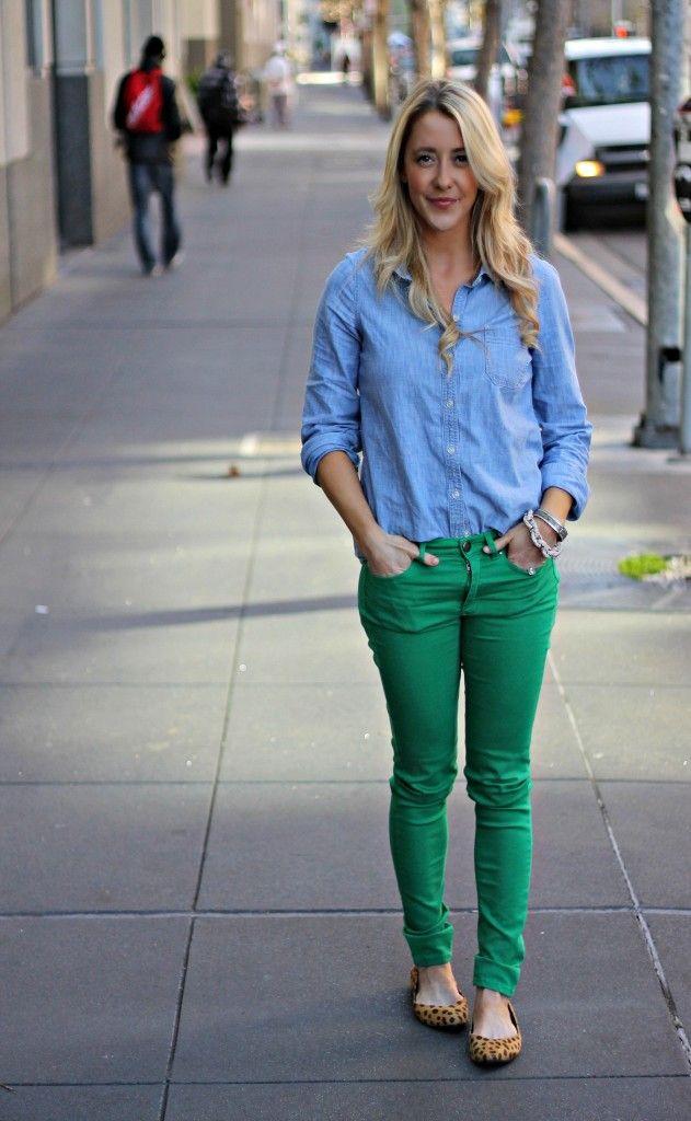 Jeans verdes y camisa denim con valetas