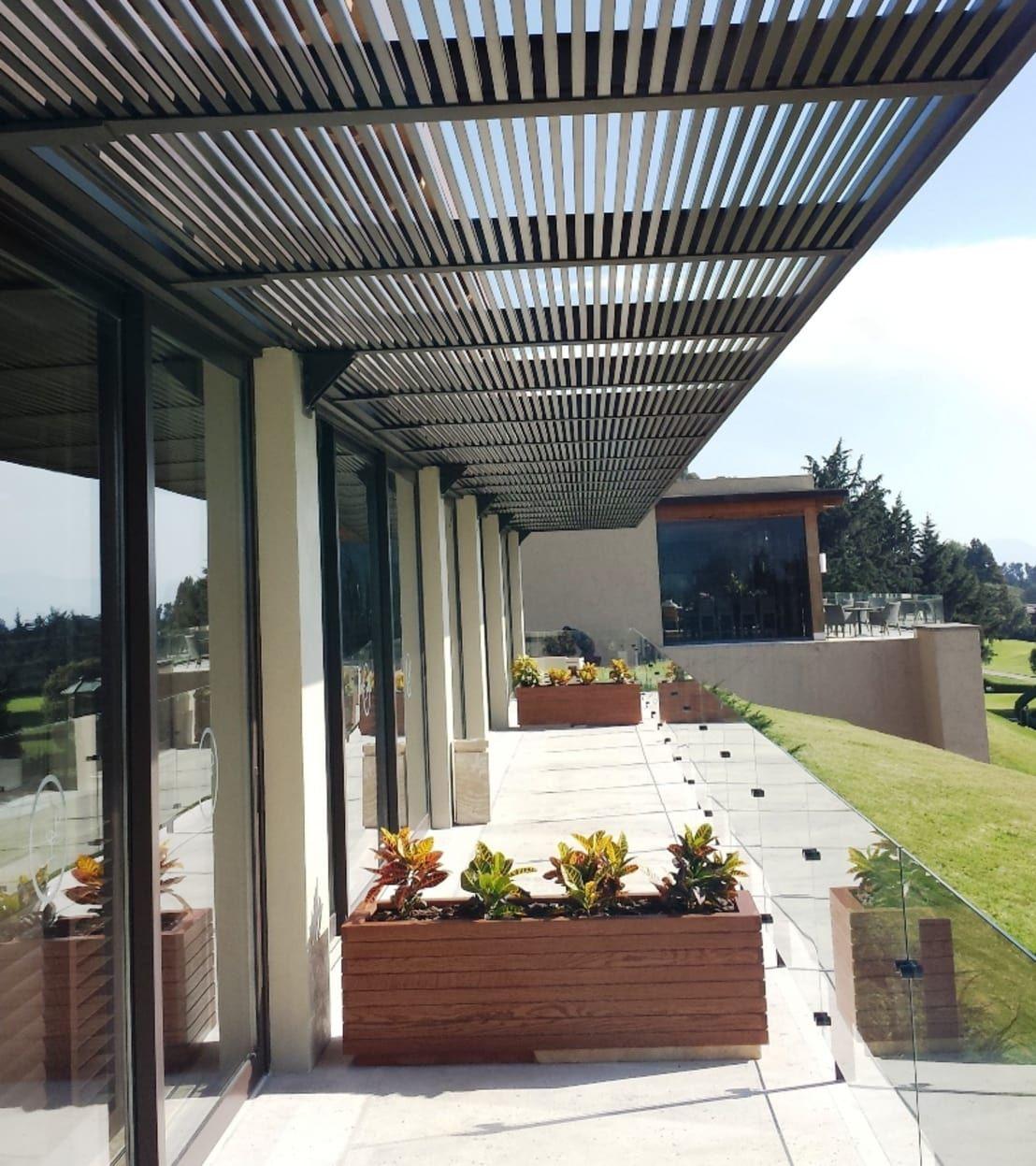 Pergolas de productos cristalum en 2019 guapulo for Cobertizo de jardin moderno de techo plano