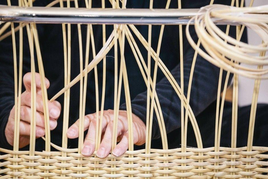 Das Handwerk der Korbflechter ist in Deutschland fast ausgestorben, aber an Bauhausstühlen kommt es groß raus. Besuch bei einem Vertreter dieser Zunft im niedersächsischen Lauenförde.