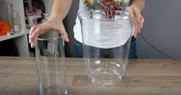 Женщина кладет свечу в большую вазу и наливает воду ...