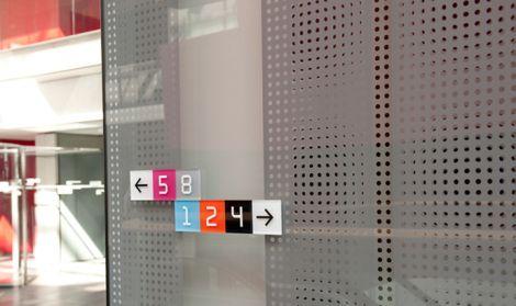 Fundada em 1925 na cidade de Copenhagen, o DR - Danish Broadcasting Corporation é a maior e mais antiga empresa de mída eletrônica da Dinamarca. O desafio do Studio Alavi, também de Copenhagen, foi desenvolver uma solução de sinalização e identidade para cinco diferentes prédios do DR, mantendo a coerência das formas independente da arquitetura de cada local.