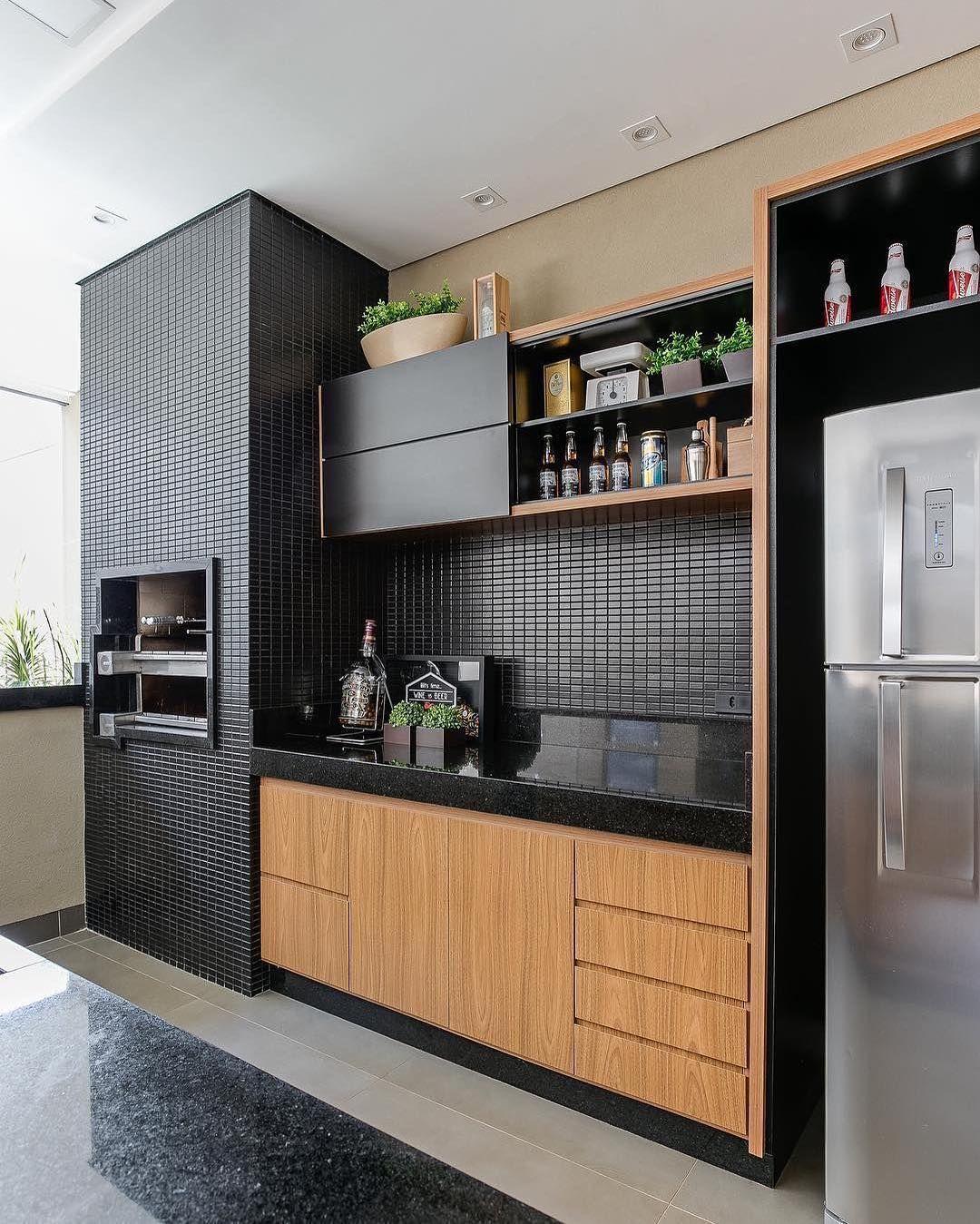 Küche in U Form in Schwarz unf mitteldunklem Holz ähnliche Projekte ...