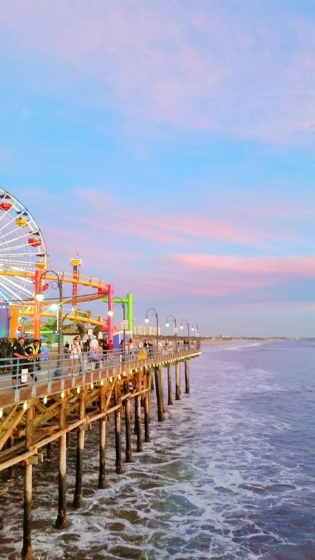 Los Angeles California vacation ideas. Santa Monica Pier sunset. photo, beach ocean photography. picture. Where to watch sunset in Santa Monica, in Los Angeles. ferris wheel, palisades amusement park near venice beach, downtown LA, malibu. outdoor beach travel tips. #flashpackingamerica