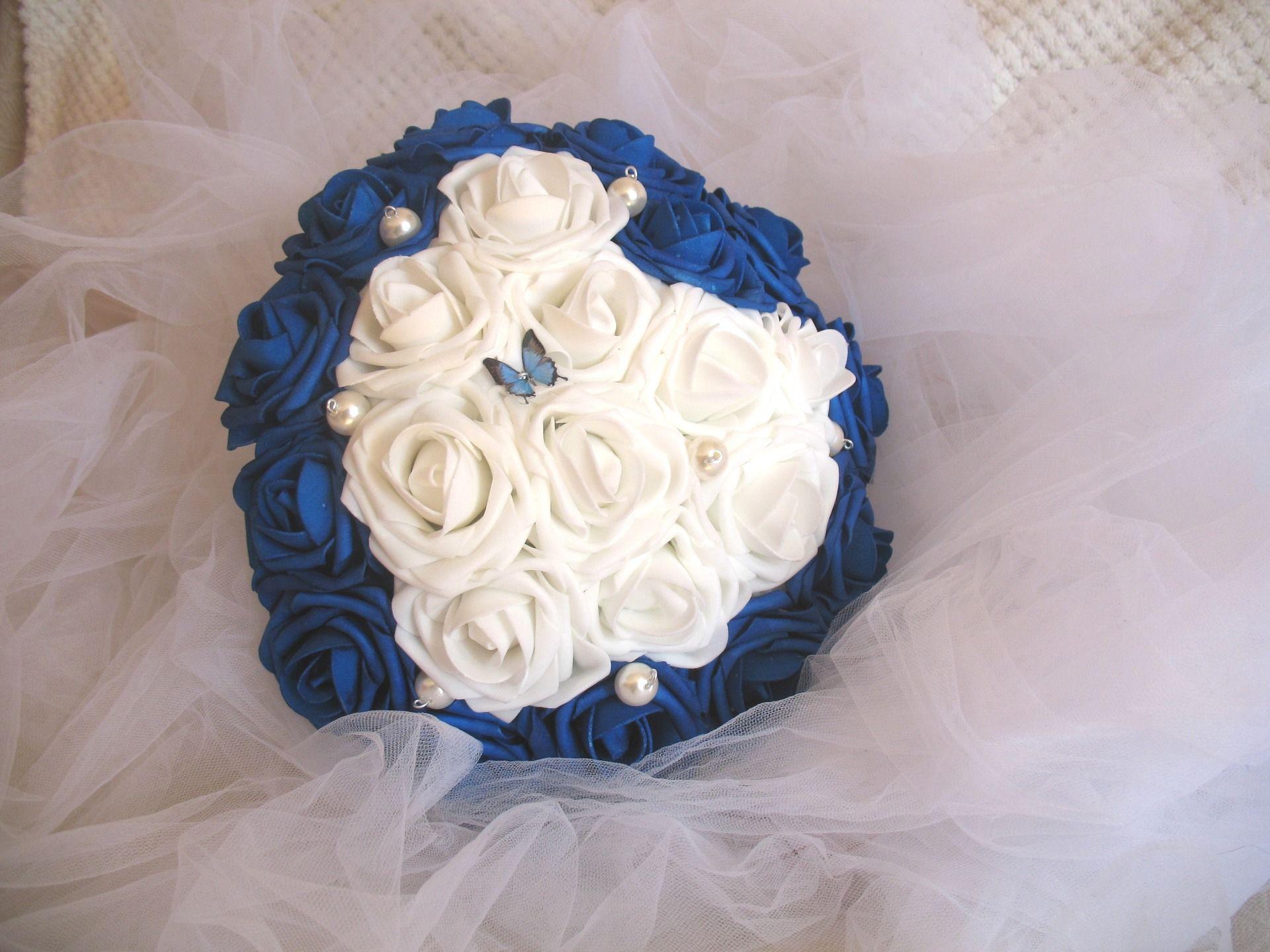 bouquet de mariée fleurs artificielles forme coeur la mariée bleu