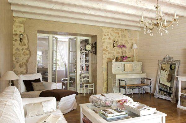 Le salon chaleureux : murs en pierre et plafond de poutres blanches ...