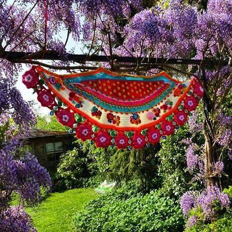 Goodmorning! Perfect weather to be outside and enjoy the sun!! Of course with my favourite scarf  Goedemorgen perfect weer om buiten te zijn en genieten van de zon. En natuurlijk met mijn favoriete sjaal. Bezig met een haakwerk wat echt niet Jorinas is. Pastelkleurige sjaal  #dealmetdehaakfabriek #beginhetzelfsleuktevinden #zoetekleurtjes