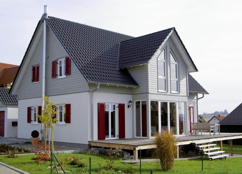 Modernes einfamilienhaus aus holz mit au enliegendem kamin for Modernes haus terrasse