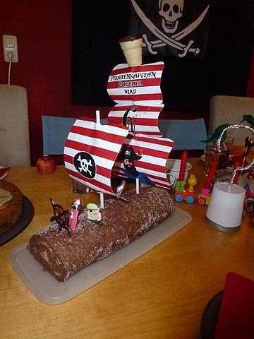 Biscuit Rolle als Piratenschiff Schiff Kuchen