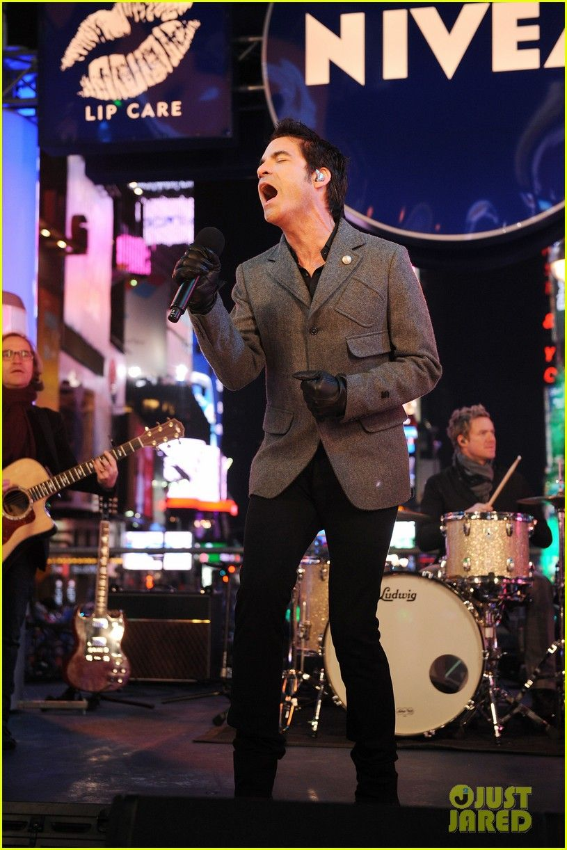 Train's Patrick Monahan performs in the middle of Times