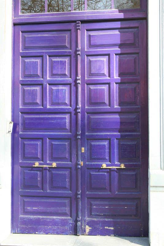 puerta de madera antigua pintada en azul electrico