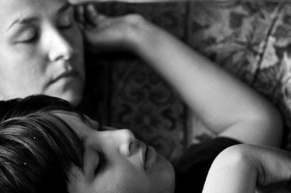 Foto de mamá e hijo durmiendo
