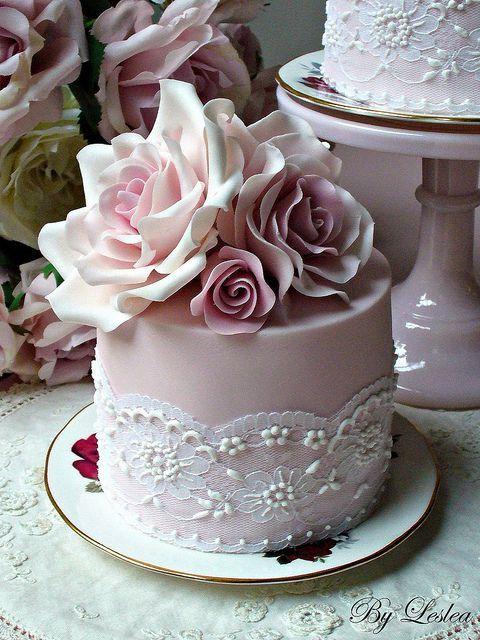 Mini tarta en rosa pastel con detalle de encaje con flores y perlas