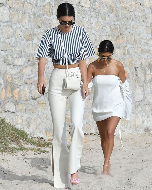 Kendall Jenner Towers Over Kourtney Kardashian In Hilarious Optical Illusion Kendall Jenner Outfits Quirky Fashion Kendall Jenner Street Style