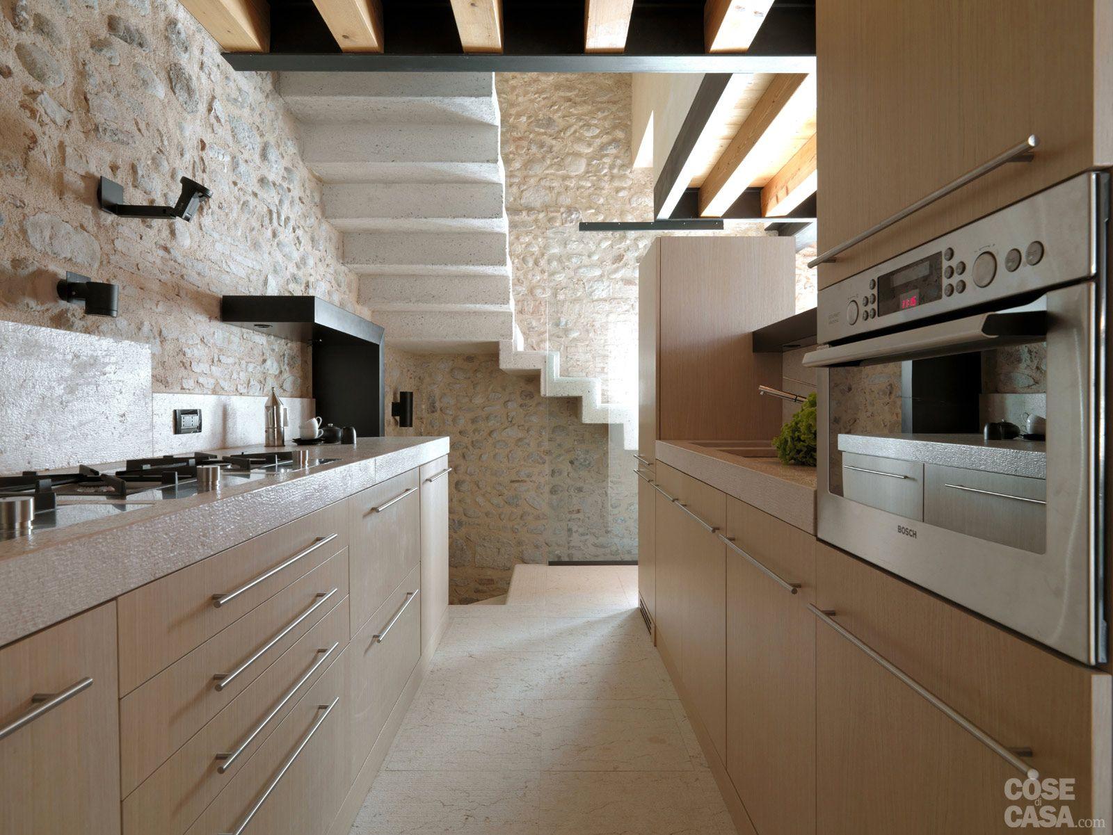 Legno e pietra a vista nella casa restaurata interni for Interni casa design