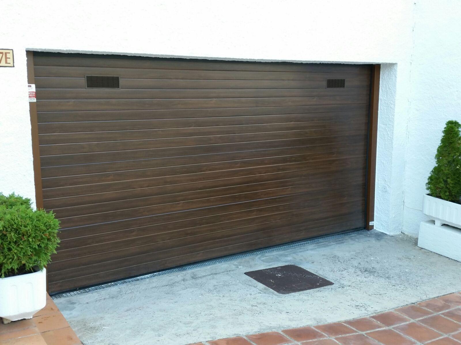 Puerta seccional de garaje en panel imitación madera acanalado liso ...