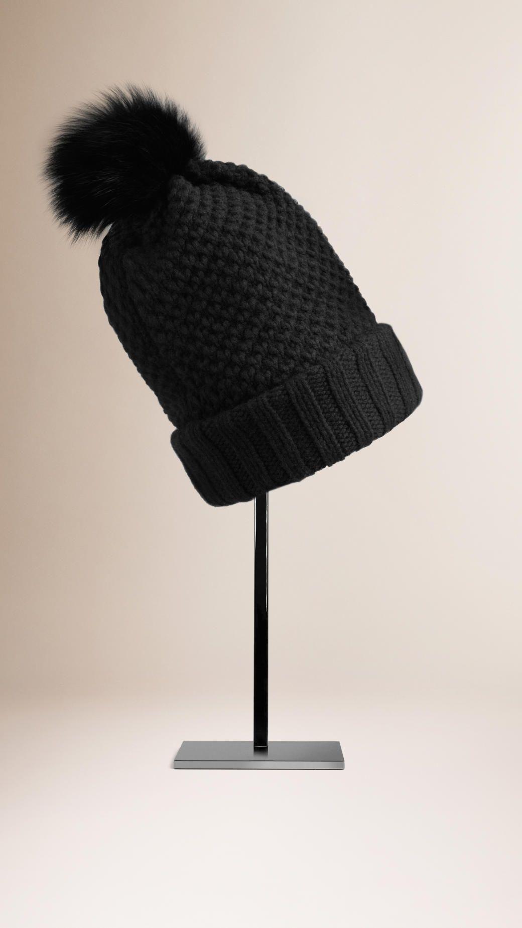 Bonnet avec pompon en fourrure Noir   Burberry   Tricot 439b4fb5ea8