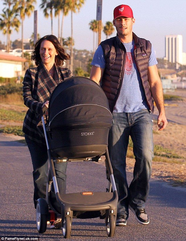 Jennifer Love Hewitt Goes On Beach Stroll With Husband And Daughter Jennifer Love Hewitt Jennifer Love Jennifer