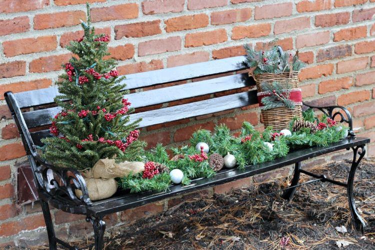 So dekorieren Sie die Gartenbank weihnachtlich, stimmungsvoll & festlich