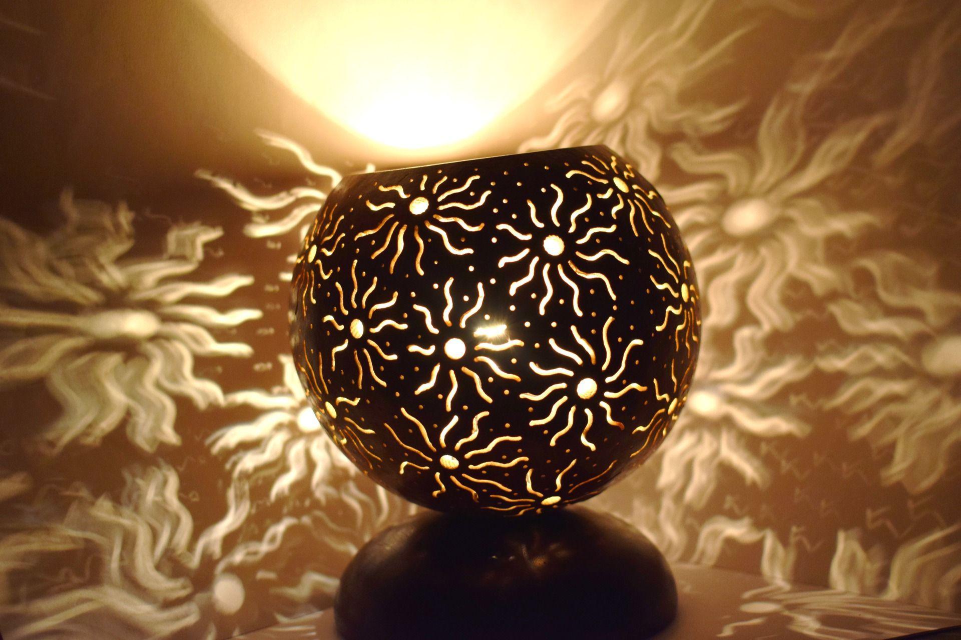 Solaris, lampe d'ambiance stellaire en calebasse sculptée