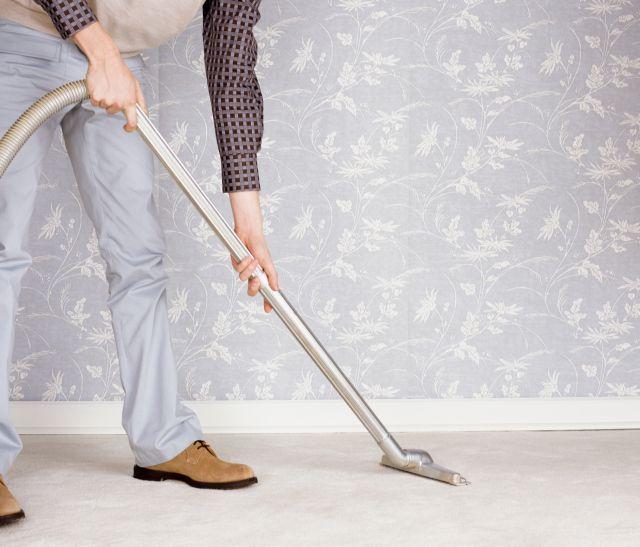 Limpiar alfombras es una verdadera tortura. Generalmente adhieren toda la suciedad y el polvo de los zapatos, sin mencionar, claro, los pelos de las mascotas y las odiosas migas. Debo admitir que no soy fanática de la limpieza, pero cuando es necesario ensuciarse las manos para lograr un buen resultado &iexcl