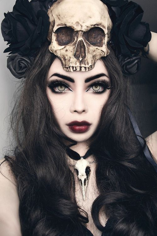 wow that head piece, necklace and eyes all match soooo damn well And whoever this chick is!! I love her! She's like so gothicly prefict!!!