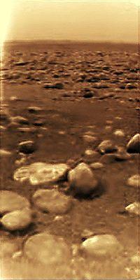 Primera imagen de un mundo no perteneciente a un planeta del sistema solar interior jamás tomada: la superficie de Titán captada por la sonda Huygens (imagen realzada informáticamente).