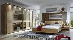 respaldo de cama y armario de madera en el dormitorio