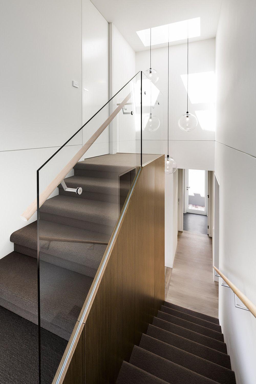 planos de casa moderna de un piso se empleo madera y cristal en grandes como materiales de construccin en fachada