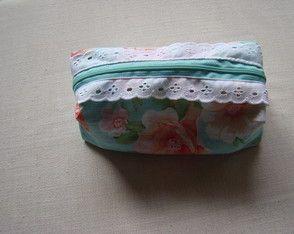 Necessaire feita artesanalmente, de tecido de algodão, forrada e principalmente linda, costurada com muito amor e carinho.