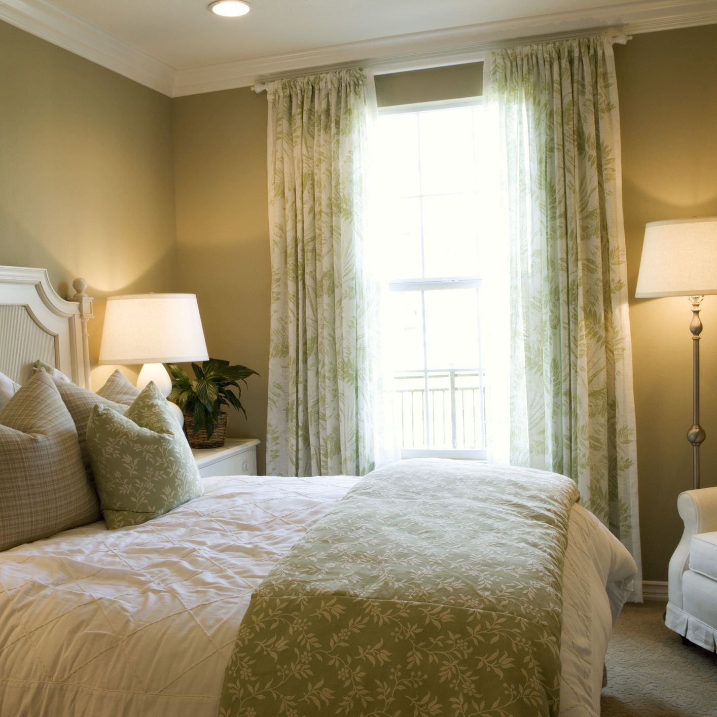 how to decorate a bedroom without windows  egcover