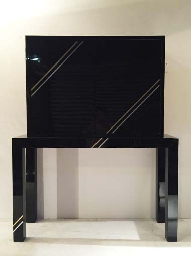 Meuble en plexiglas noir s'ouvrant à deux battants Philippe Jean c.1970 L : 119 cm ; Profondeur : 38 cm ; H : 150 cm Prix sur demande