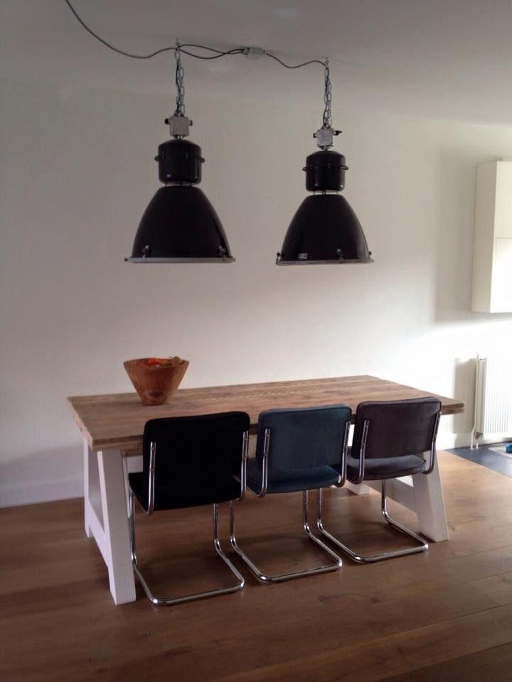 Table Toulouse de chez Pays Bois avec chaises Rib Ridge (Zuiver ...