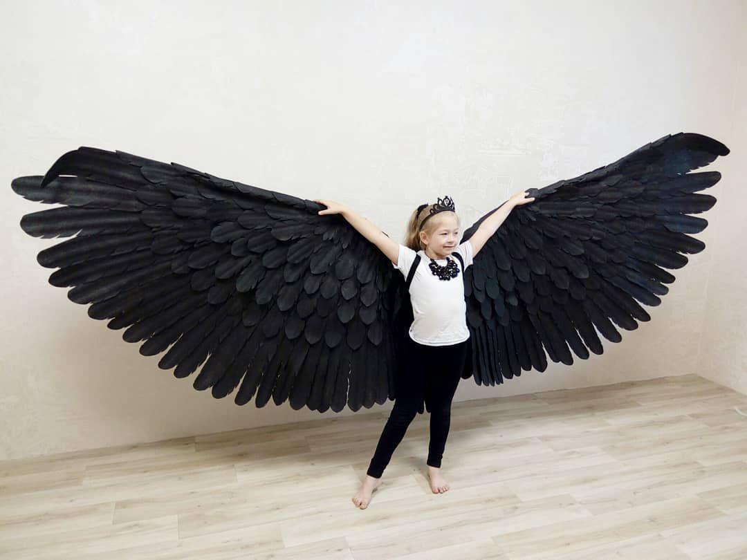Фотосессия с большими черными крыльями