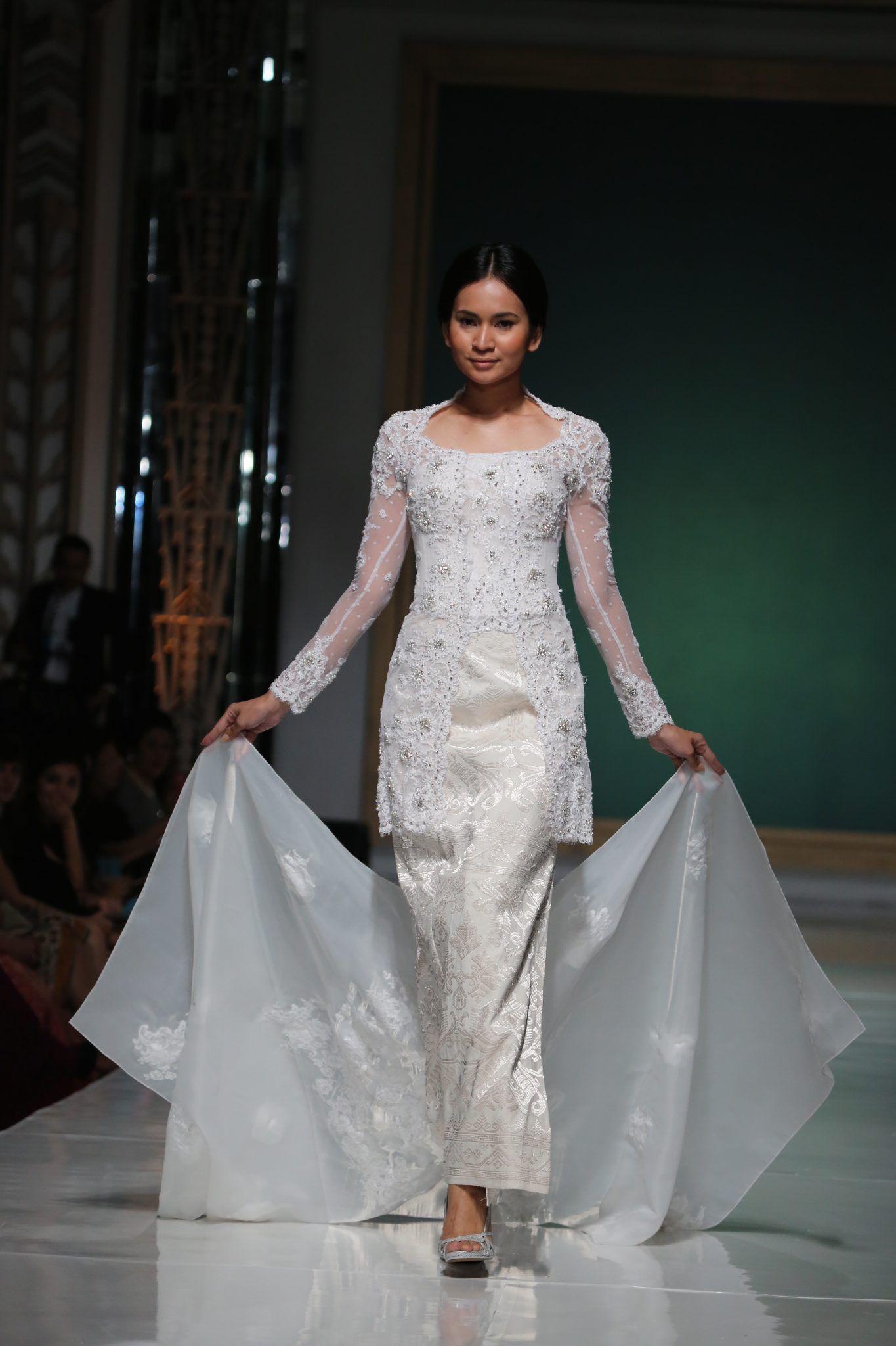 Di t Maulana yang terkenal akan kecintaannya terhadap ikat ternyata juga memiliki line fashion untuk pengantin Indonesian KebayaBride