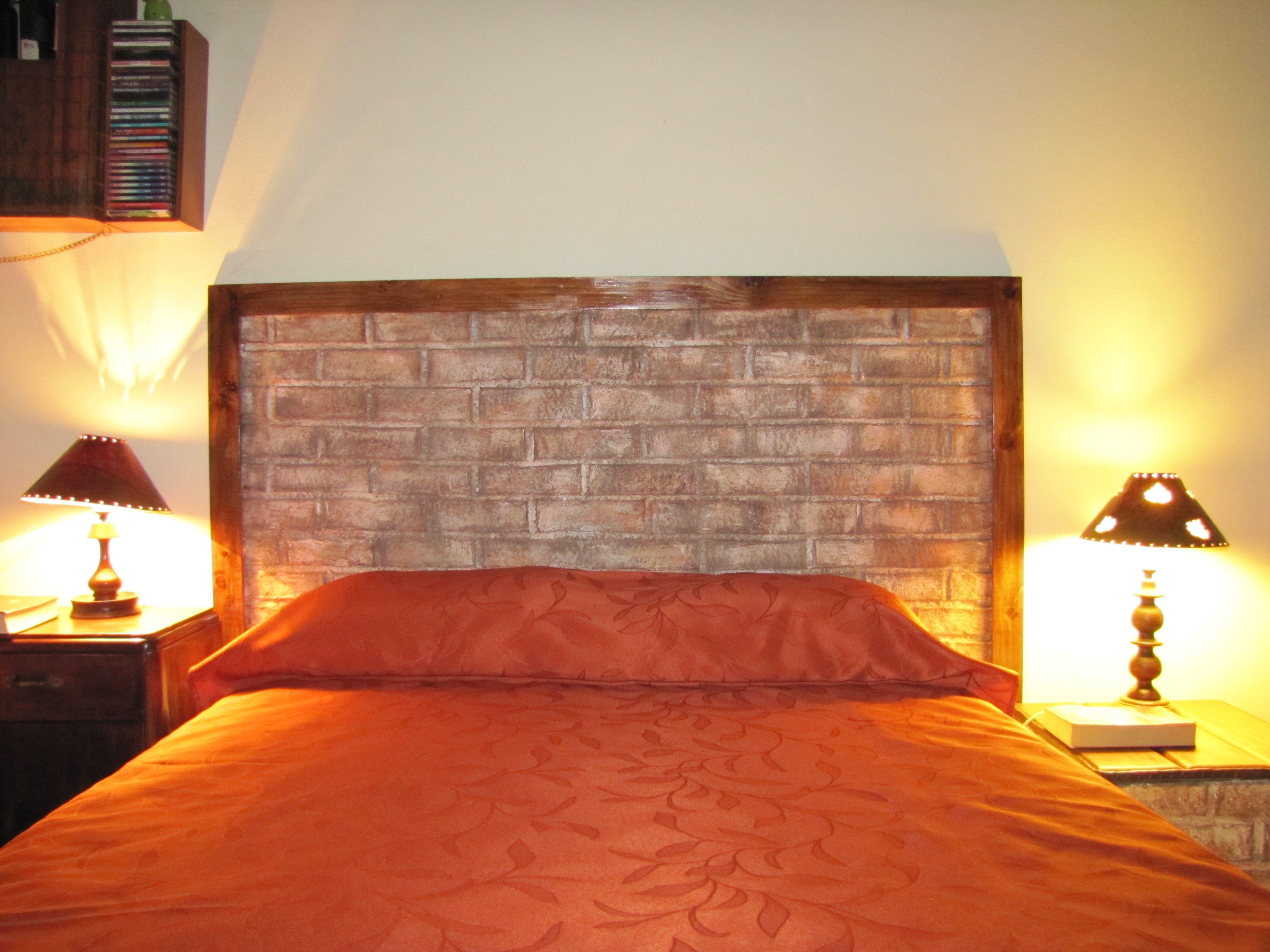 Cabecera de cama hecha con papel reciclado simulando ladrillos ...