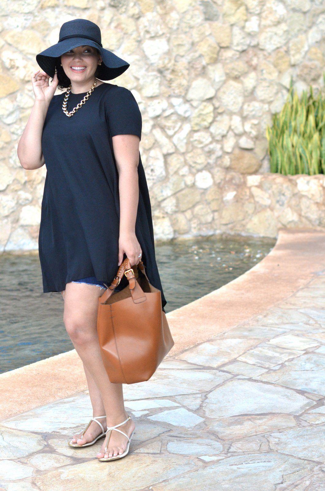 Chica pluz size vistiendo un bluson largo con short y sombrero ... 5170ad0c4ad